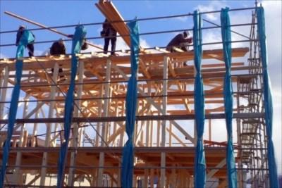 鳶に木造の建て方工事を任せるなら埼玉・東京などのエリアに対応する【有限会社木村クレーンリース】